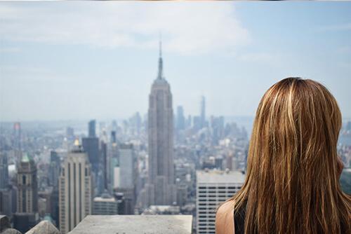 Ekspozom w mieście - kobieta patrzy na miasto