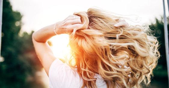 Skuteczne sposoby na suche i łamiące się włosy