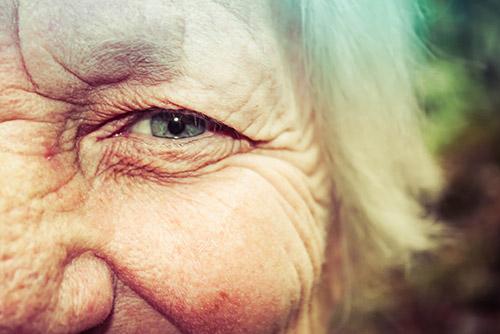 Antiaging - twarz starszej kobiety ze zmarszczkami