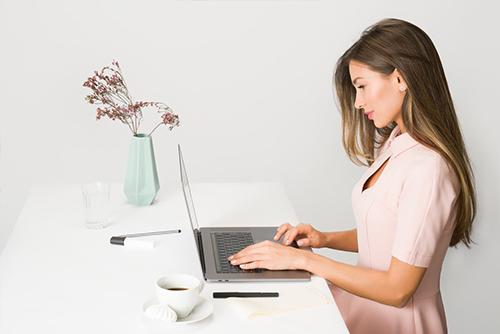 Ekspozom - kobieta przed komputerem