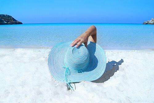 Antiaging - kobieta na plaży