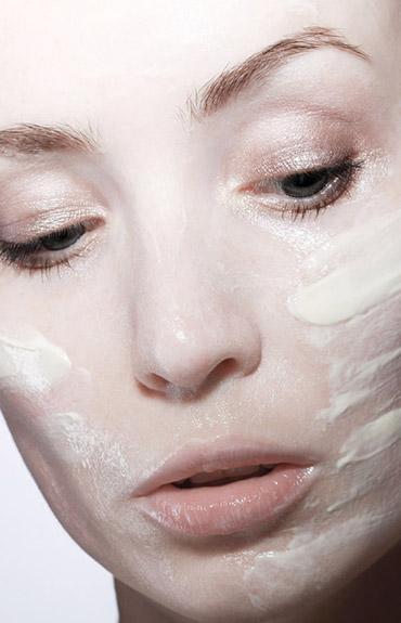 Antiaging - aplikacja kremu na twarz