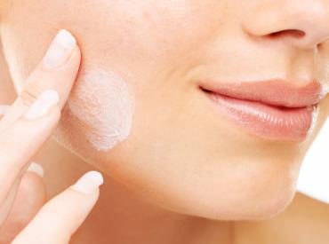 Dla kogo jest wskazany krem do twarzy z kwasem hialuronowym?