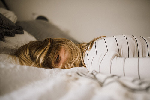Antiaging - kobieta śpiąca na boku