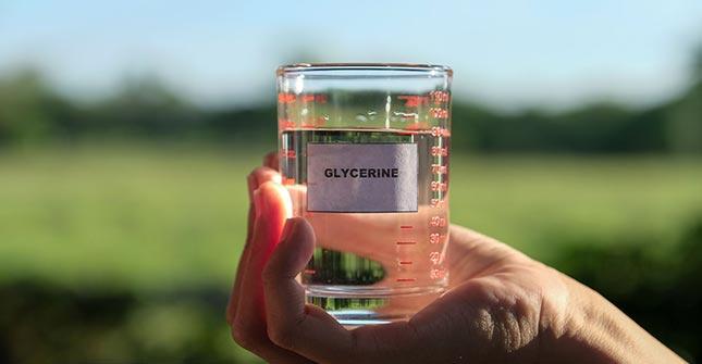 Gliceryna jest substancją pochłaniającą wodę o działaniu nawilżającym skórę