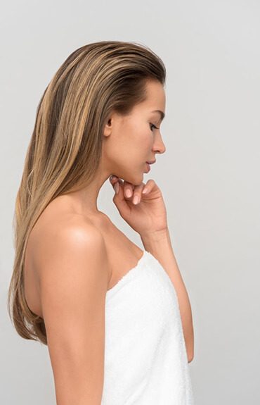 Antiaging młoda kobieta podpierająca brodę