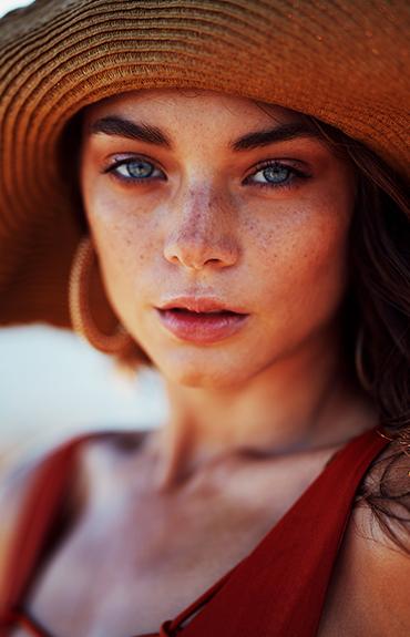 Ekspozom i UV - opalona dziewczyna w kapeluszu