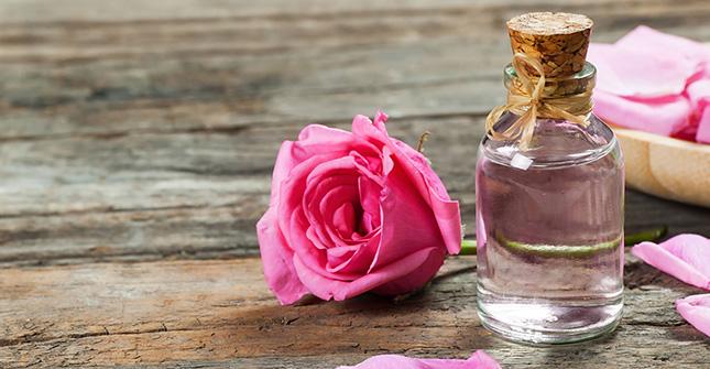 Olejek różany nie tylko pięknie pachnie, ale też wspaniale pielęgnuje skórę