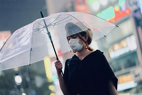 Ekspozom w mieście - kobieta w masce