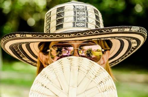 kobieta chroniąca się przed słońcem