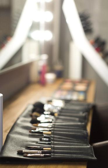 Kosmetyki rozświetlające do twarzy - czy tylko w kosmetykach kolorowych można znaleźć drobinki?