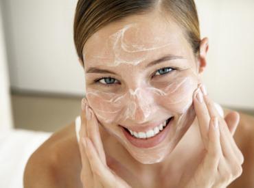 Peeling do twarzy - jak go poprawnie wykonywać?