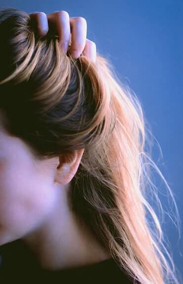 Drapanie swędzącej skóry głowy może prowadzić do nadkażeń i uszkodzenia naskórka