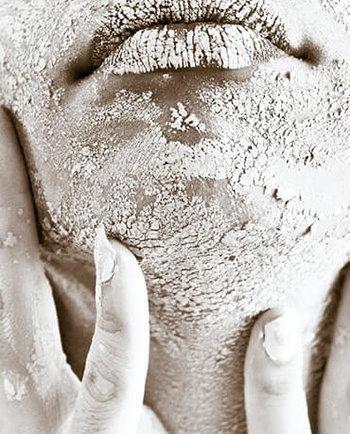 Łuszcząca się skóra na twarzy – czym może być spowodowana?