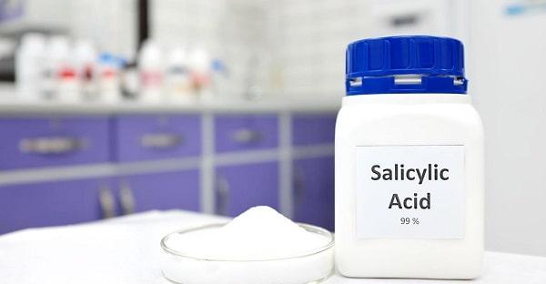Kwas salicylowy jest częstym składnikiem kosmetyków na trądzik