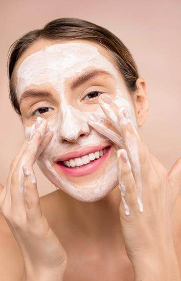 Kobieta oczyszczająca tłustą skórę