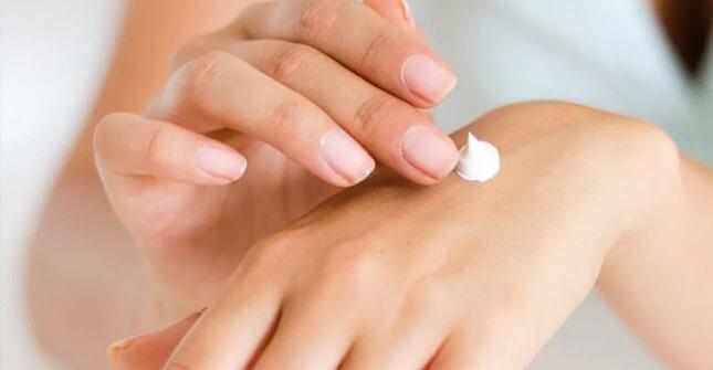 Masło shea szybko nawilży przesuszoną skórę dłoni