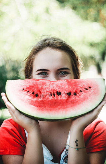 Antiaging - uśmiechnięta młoda kobieta
