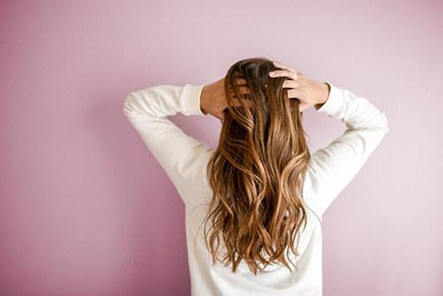 Menopauza - kobieta z długimi włosami