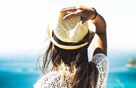 Antiaging-kobieta-w-kapeluszu-przeciwslonecznym-main