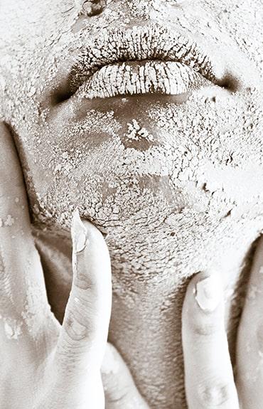 Skóra odwodniona charakteryzuje się silnym uczuciem ściągnięcia, może się też łuszczyć