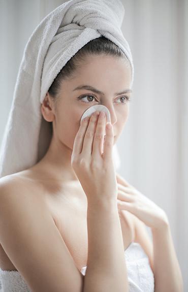 Skórę wrażliwą najlepiej oczyszczać bez użycia wody, za pomocą wacika i płynu micelarnego