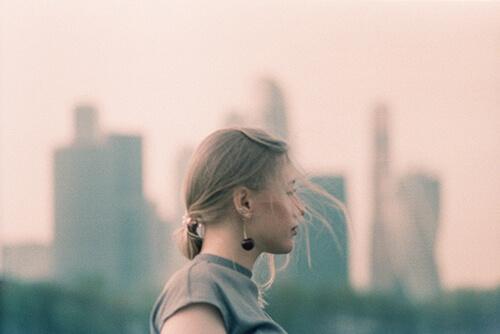 Ekspozom - kobieta w mieście