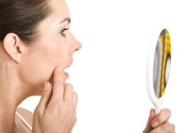 Łuszcząca się skóra na twarzy - czym może być spowodowane?