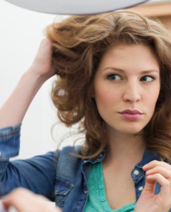 Swędzi Cię skóra głowy? To może być łupież suchy