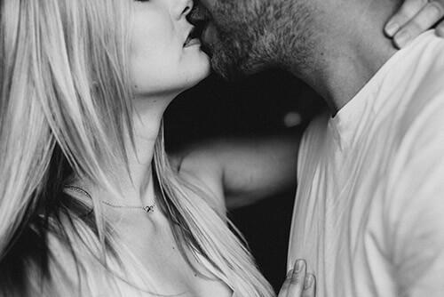 Menopauza - przytulająca się para