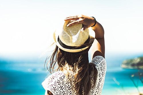 Antiaging - kobieta w kapeluszu przeciwsłonecznym