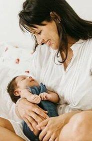 Wypadanie wlosów po ciąży - kobieta karmiąca dziecko piersią