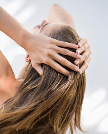 Masz cienkie i łamliwe włosy? Sprawdź, jak o nie dbać!