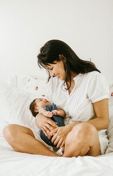 Wypadanie włosów po urodzeniu dziecka jest naturalnym procesem związanym ze spadkiem poziomu estrogenu