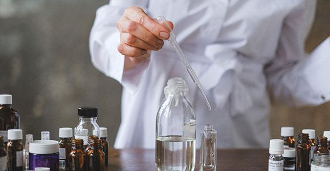 HEPES jest składnikiem syntetycznym poprawiającym usuwanie martwych komórek naskórka