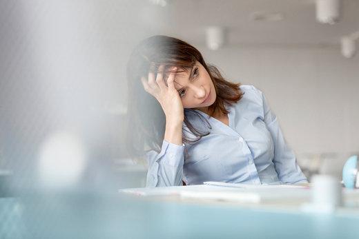 Objawy przemęczenia widoczne na Twojej skórze - sprawdź jak je zatuszować!