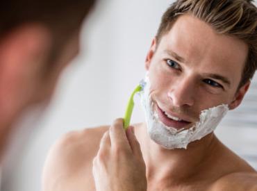 Masz pryszcze, a musisz się golić: prosty przewodnik dla młodych mężczyzn