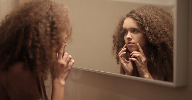 Podkład do skóry trądzikowej zapewnia dobre krycie niedoskonałości na wiele godzin