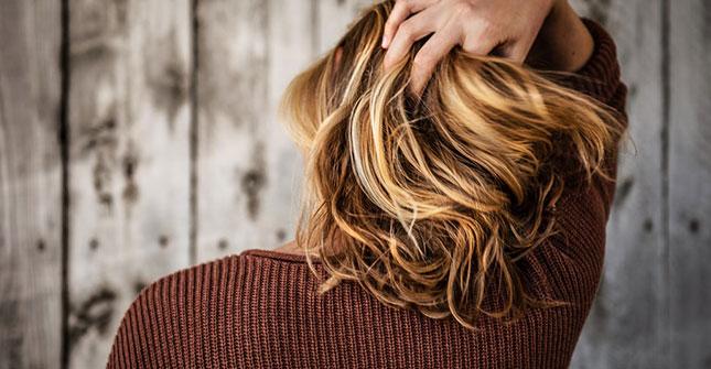 Problem wypadania włosów dotyczy nie tylko mężczyzn, ale też wiele kobiet (plik: wlosy kobiece