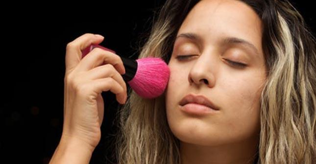 Puder matujący pozwala wykonać poprawki makijażu w ciągu dnia