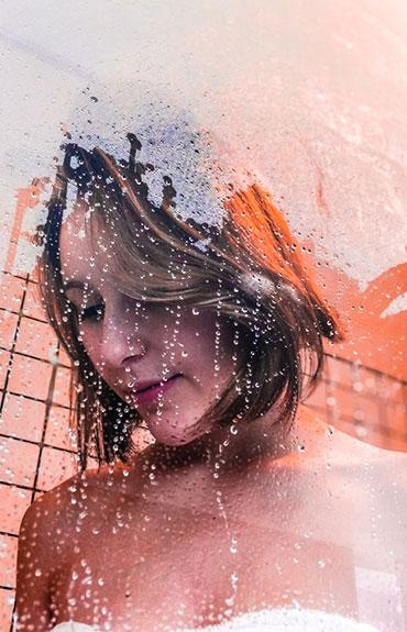 Mycie głowy szamponem z substancją przeciwgrzybiczą to skuteczny sposób na pozbycie się łupieżu