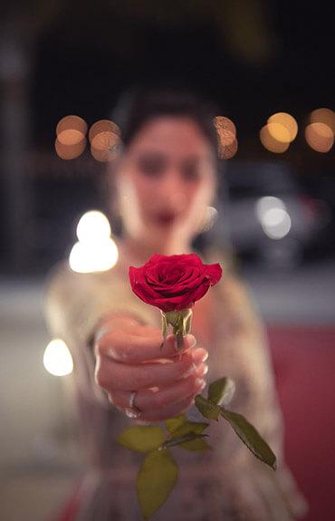 Menopauza - kobieta z różą
