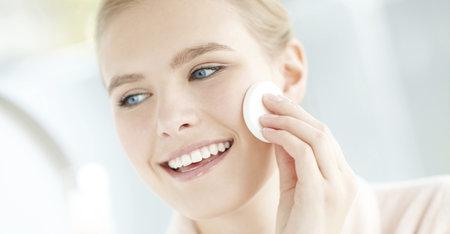Czym myć twarz? Zobacz, jakie kosmetyki są do tego przeznaczone!