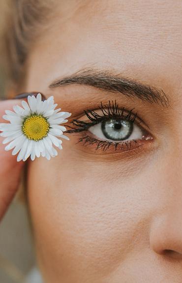 Kurze łapki to drobne, układające się promieniście zmarszczki w zewnętrznych kącikach oczu