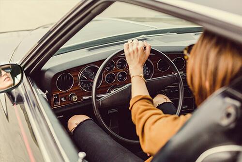 Ekspozom - kobieta w samochodzie